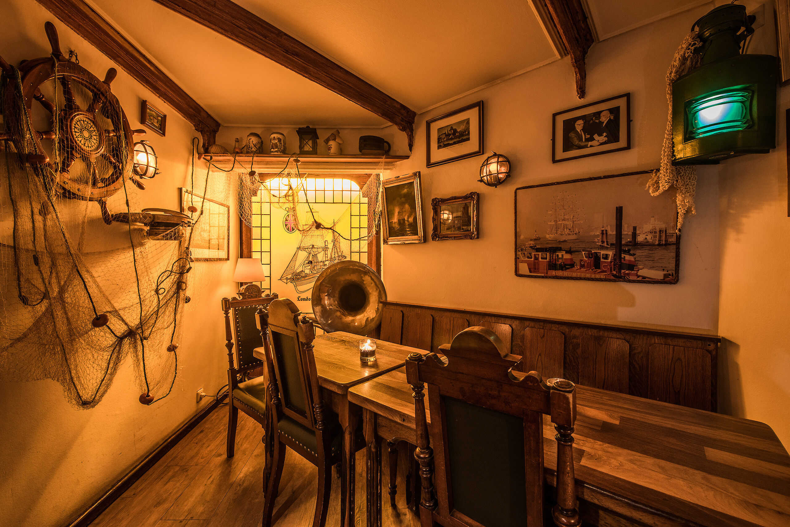 A large hanseatic maritime furnished seating area in WILLI'S Bierstube
